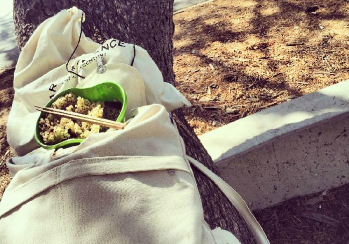 週末のキャンパス、カフェテリアが閉まっているので木をベンチ&テーブル代わりに。友人から送られてきた味付け海苔の味に涙です。
