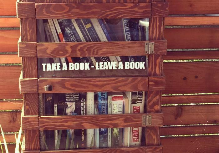 自由に本を貸し借りできる路上図書ボックスがそこかしこに。本を愛する文化的な街、ベイエリアならでは。