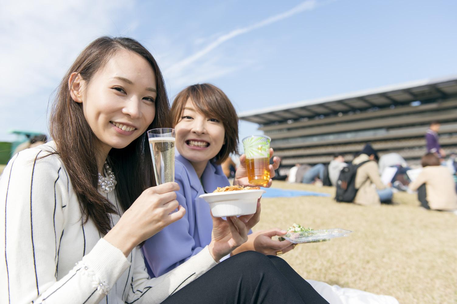 芝生スペースに腰を下ろし、ピクニック気分でかんぱ〜い!