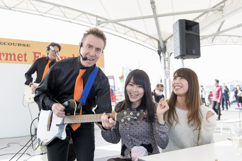 THE BEAGLESのメンバーがステージから降りて目の前で演奏してくれるサプライズに、鷲巣善美さんと木下美桜子さんも大興奮!
