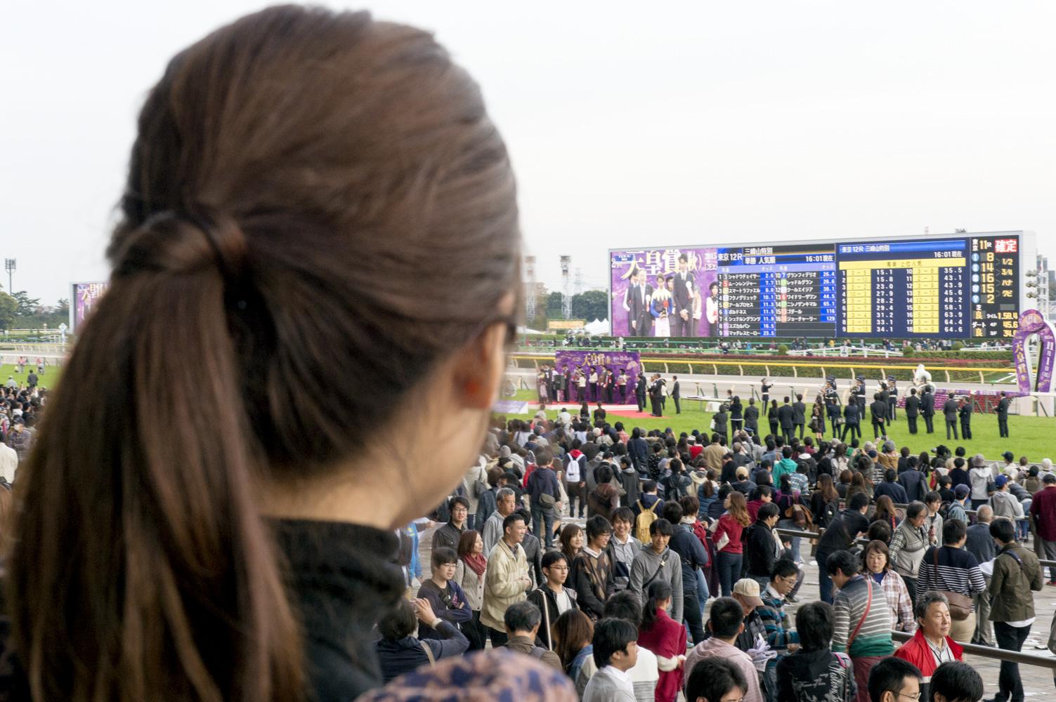 レースの余韻に浸りながら、ターフビジョンに映る東出さんを見つめる、うま部メンバー。