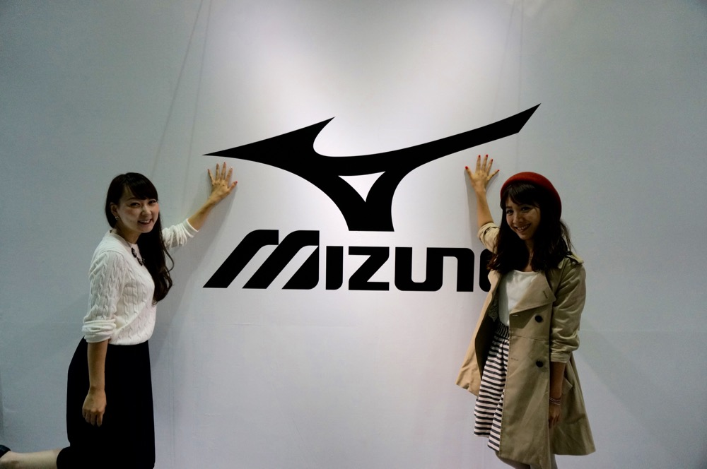 EXPOのMIZUNOのブースの前で記念撮影。
