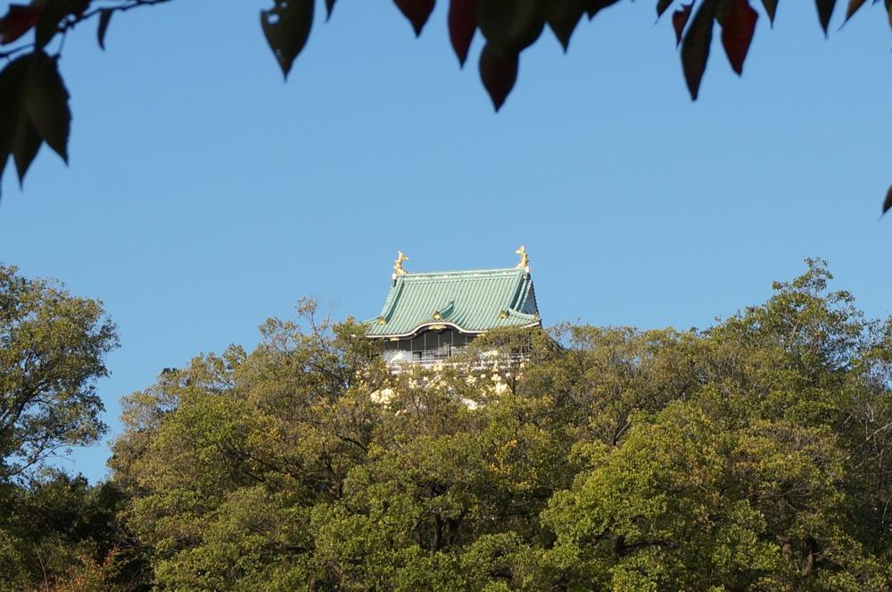 大阪城の天守閣が32000人のランナーを見守ります。