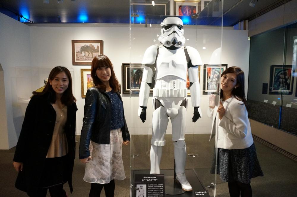 ストーム・トルーパーと記念撮影。左から、荻野さん、江本さん、上野さん。