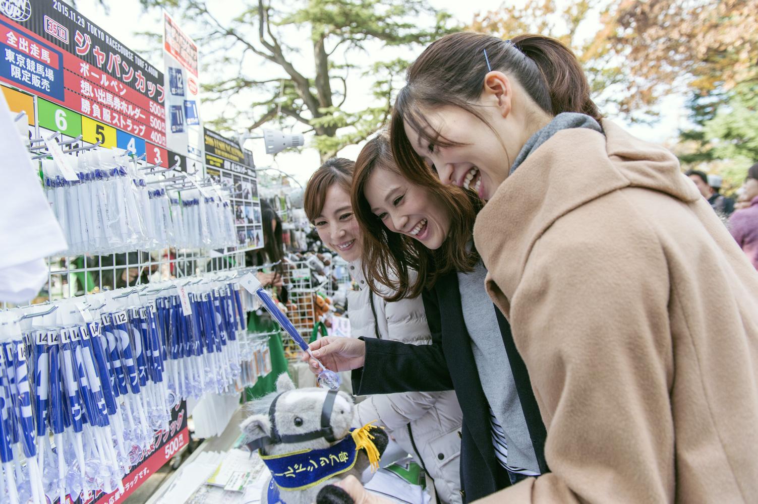 ジャパンカップグッズ売り場でお土産を選ぶのは、奥から大谷朋子さん、大谷慶子さん、高木さん。