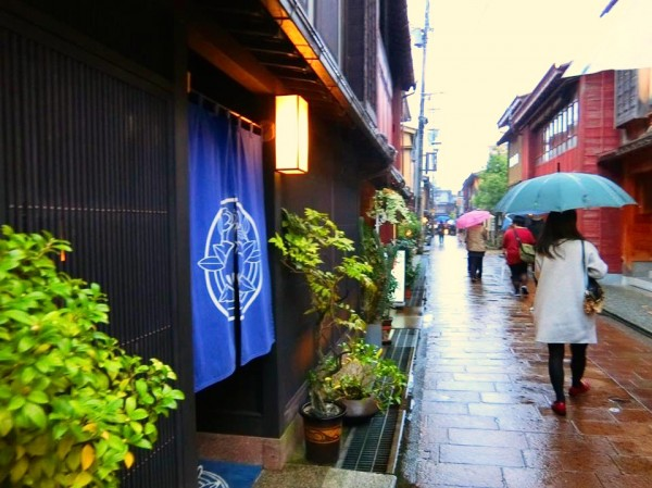 町家を改造したカフェや雑貨屋さんが並ぶ。