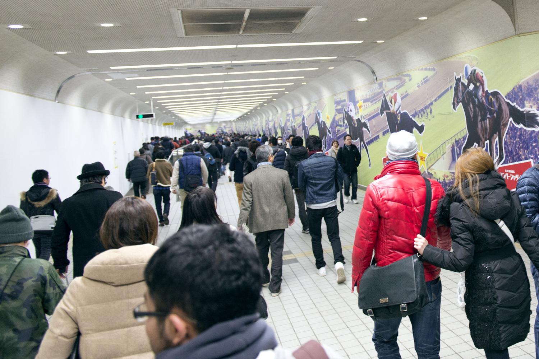 船橋法典駅から中山競馬場に向かう地下通路。