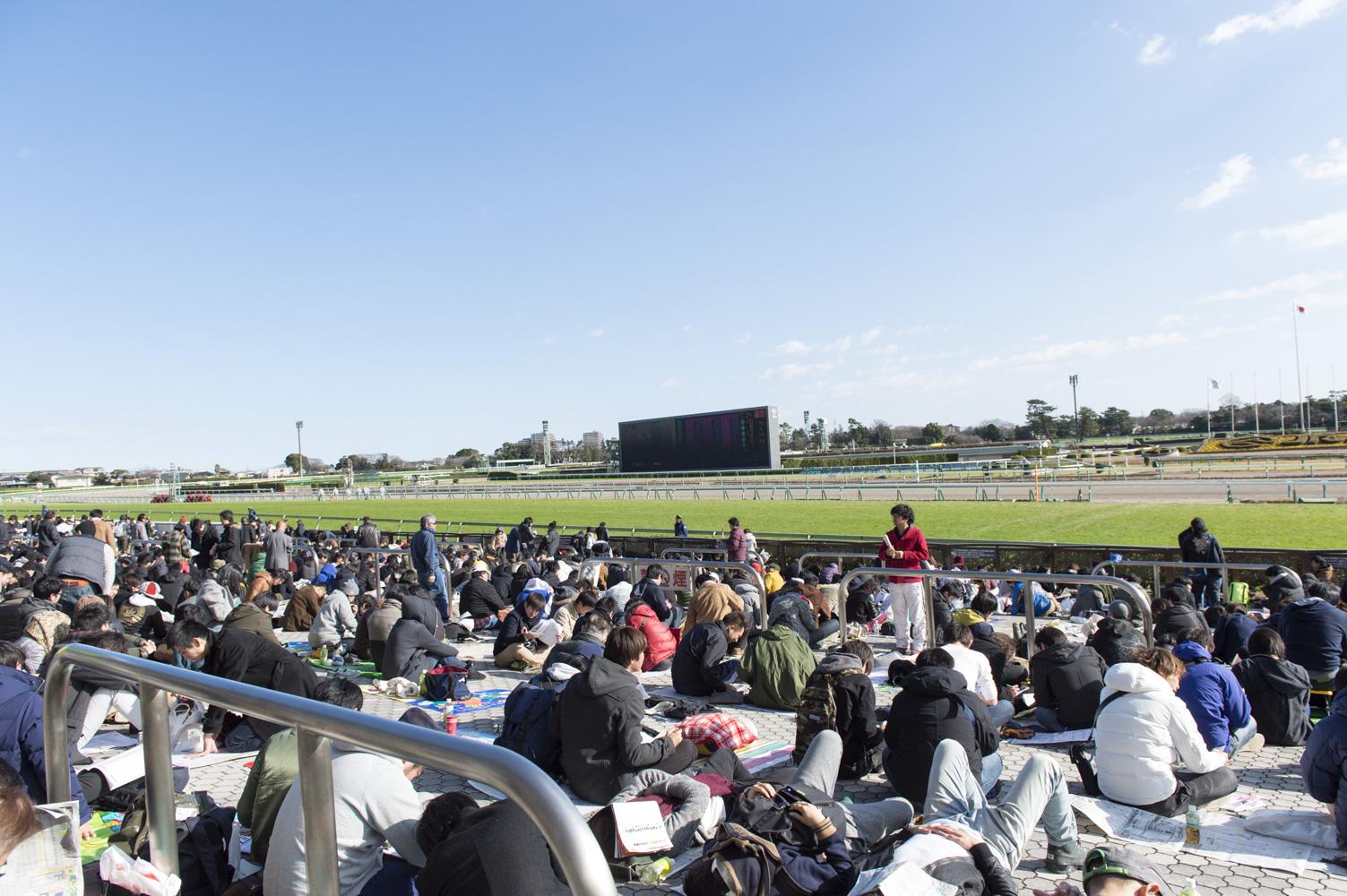 すでに大勢の人たちが有馬記念の観戦場所を確保。すごい!