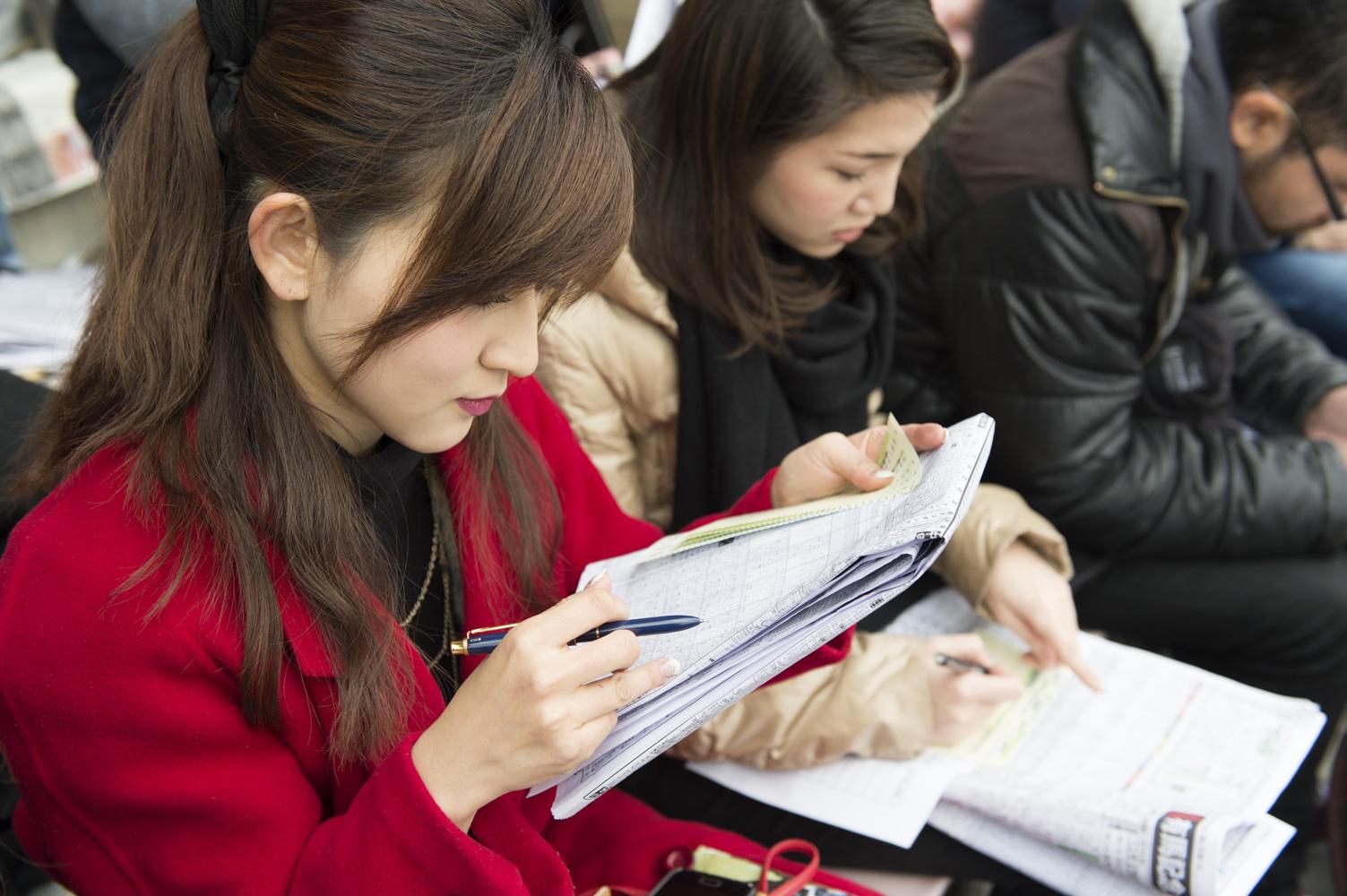 赤ペン片手に予想に勤しむメンバーたち。