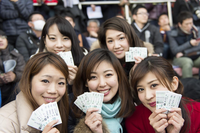 遠藤朋美さん(No.65)前列左も合流し、有馬記念の馬券を購入。いざ、2015年最後の大勝負へ!