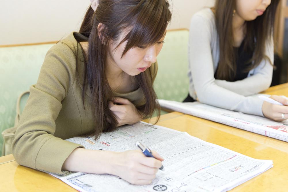 人生初の競馬となった中村さん。紙面に細かく記された数字の意味を勉強中です。
