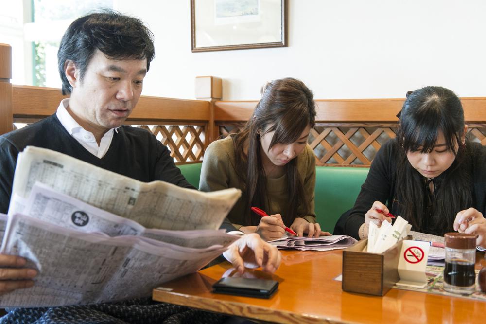注文したカツカレーが出てくるまでの間、寸暇を惜しんで先生の教えを復習する中村さんと野村さん。