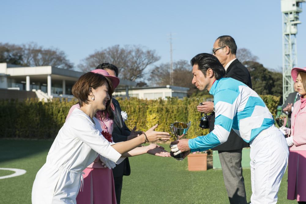 第9レースの表彰式でプレゼンターをつとめた仲肥さん。