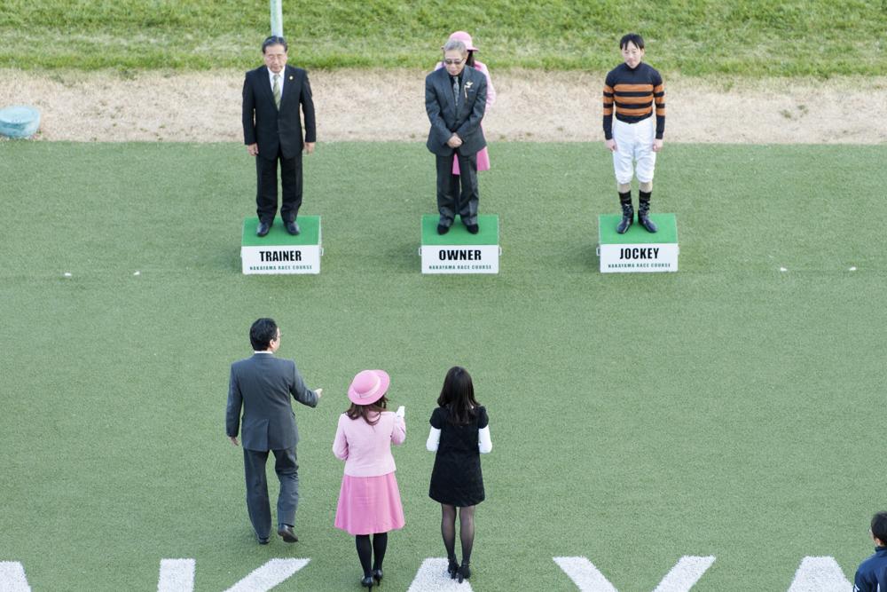 第10レースの表彰式のプレゼンターは滝沢さん。馬主として表彰台の中央に立つのは北島三郎さんです!
