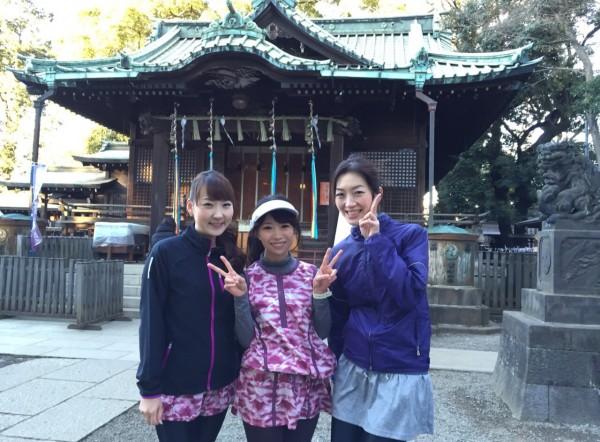 代々木八幡でお参り。左から能美黎子さん、こままりえさん、高木晴香さん