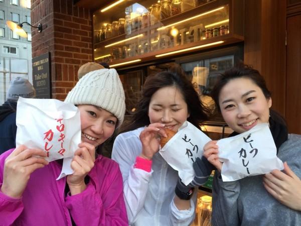 カレーパンを無事get!左から木下紗安佳さん、尾谷萌さん、浅井裕美さん
