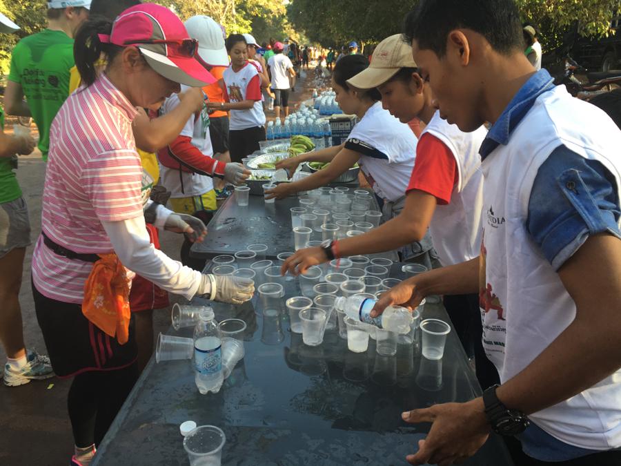 給水所の様子。ペットボトルの水のほか、スポーツドリンクなども用意されていた。
