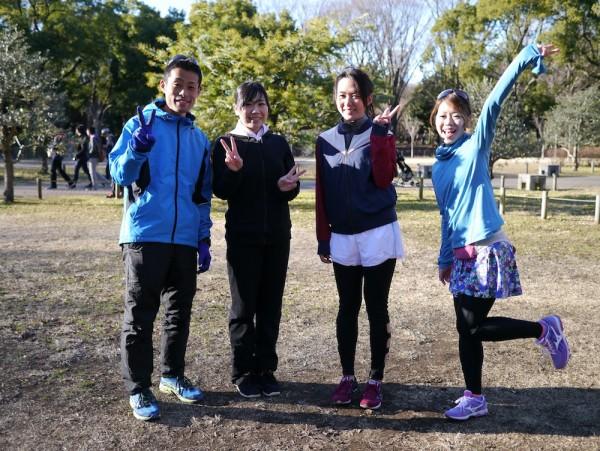 左から、小野塚コーチ、新メンバーの野村真美さん、岡歩実さん、そして新部長の遠藤朋美さん