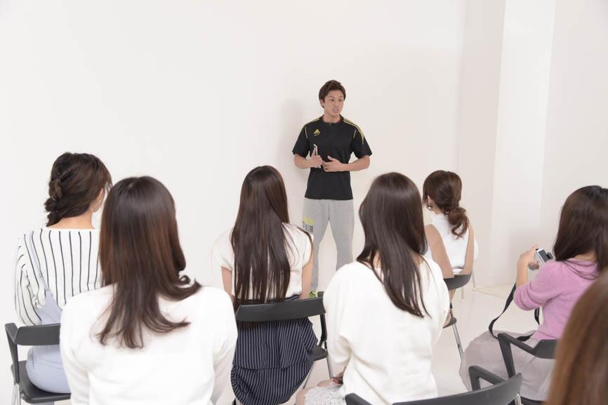 便秘解消のストレッチ、簡単にできる背中の筋トレなどを教えてくれる相田さん。