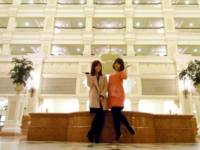「東京ディズニーランドホテルに来たのは初めて! ドキドキ!」左が関口百合子さん(no.31)、右が斎藤克衣さん(no.119)。