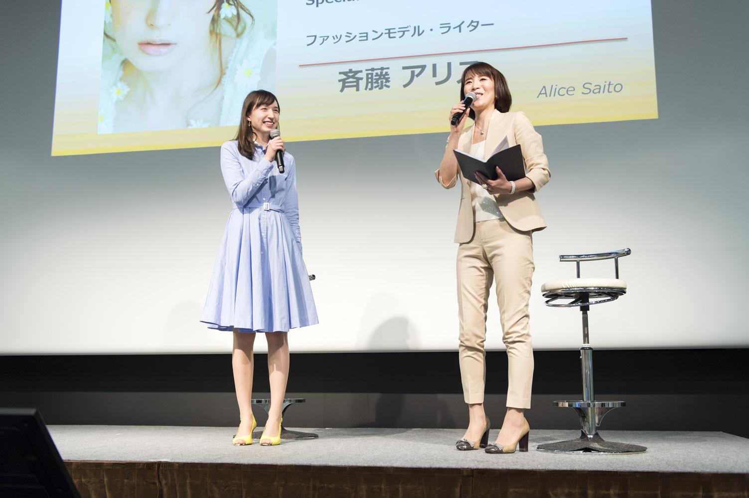 左がモデルでライターの斉藤アリスさん。
