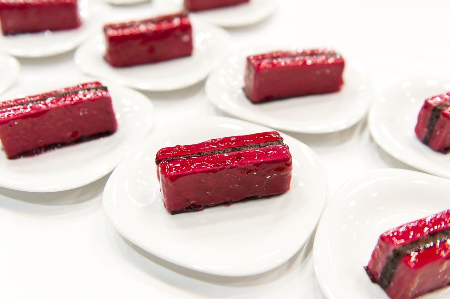 ケータリングに「霧ヶ峰Style FLシリーズ」ボルドーレッドをイメージしたケーキが登場。