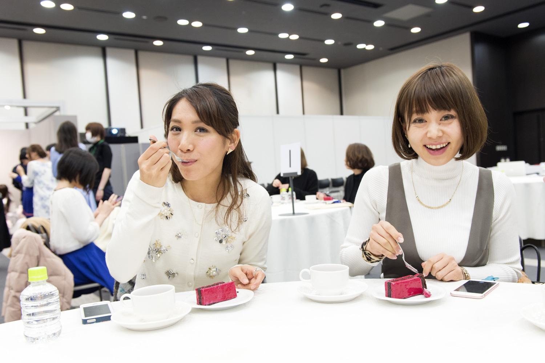 さっそく頬張る斉井さん(左)と平山さん。