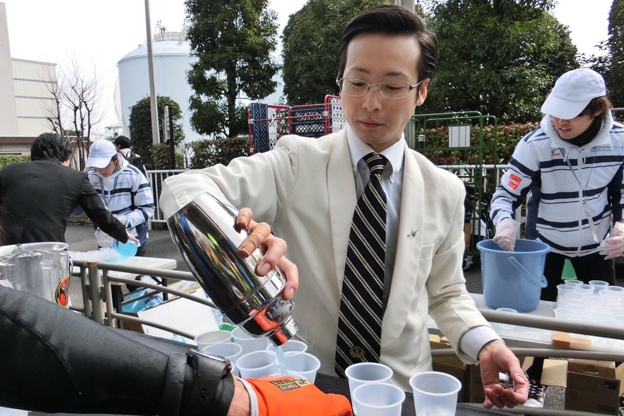 給水パフォーマンスの中でも最も話題となった『バーテンダー給水』。もちろん中身はノンアルコールです。