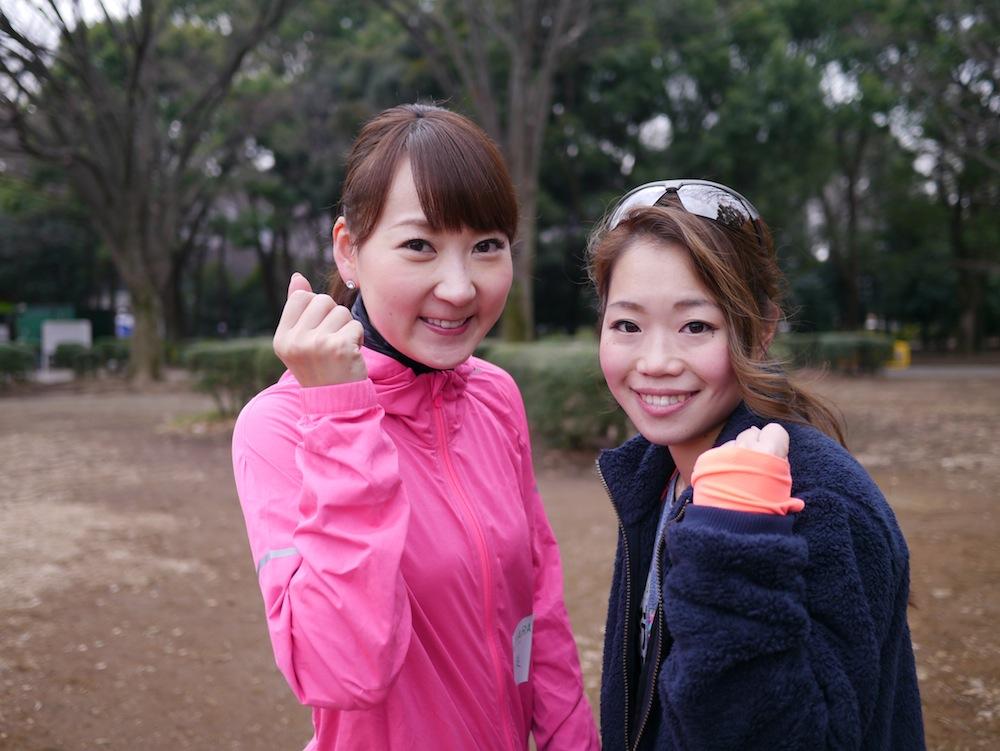 anan総研マラソン部の遠藤朋美部長(右)と、能美黎子副部長(左)もみなさんの給水をサポート!!