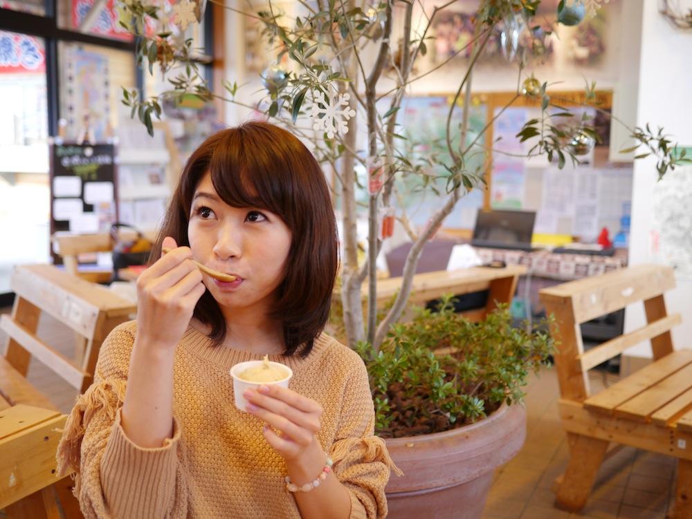 やはり女子は甘い物には目がない!? 『ラムネMILK堂』人気No.1のやきいもアイスを幸せそうに食べるこまさん。