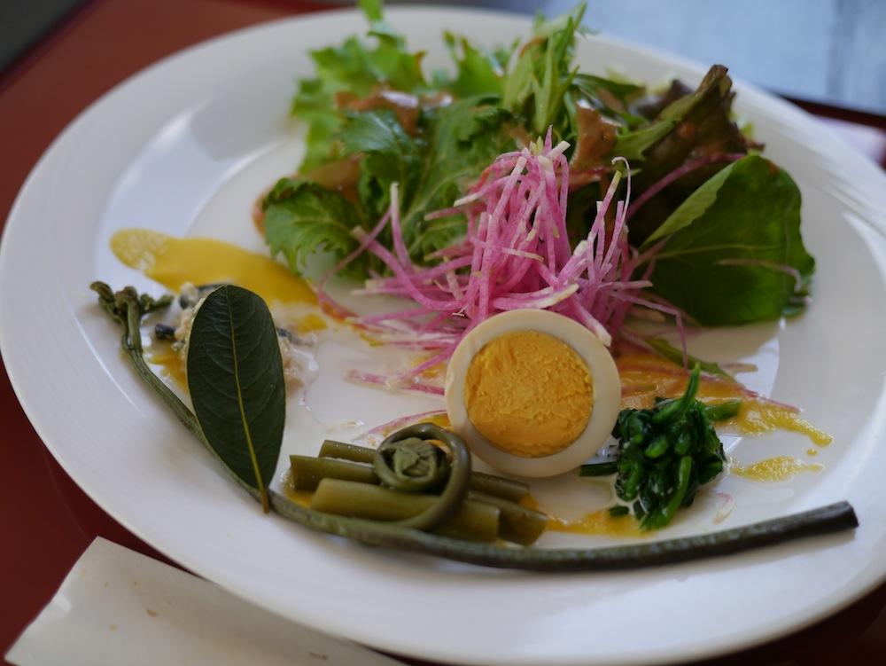 琴引山に見立てた青菜に、太陽をイメージした玉子などが美しいサラダ。