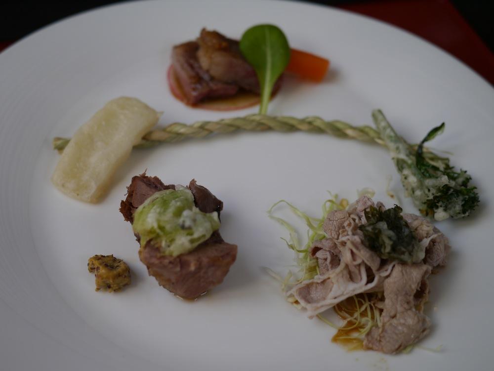 奥出雲和牛のサーロインステーキ、飯南ポークのしゃぶしゃぶ、イノシシの煮込みと3種類のお肉がいっぺんに味わえる!
