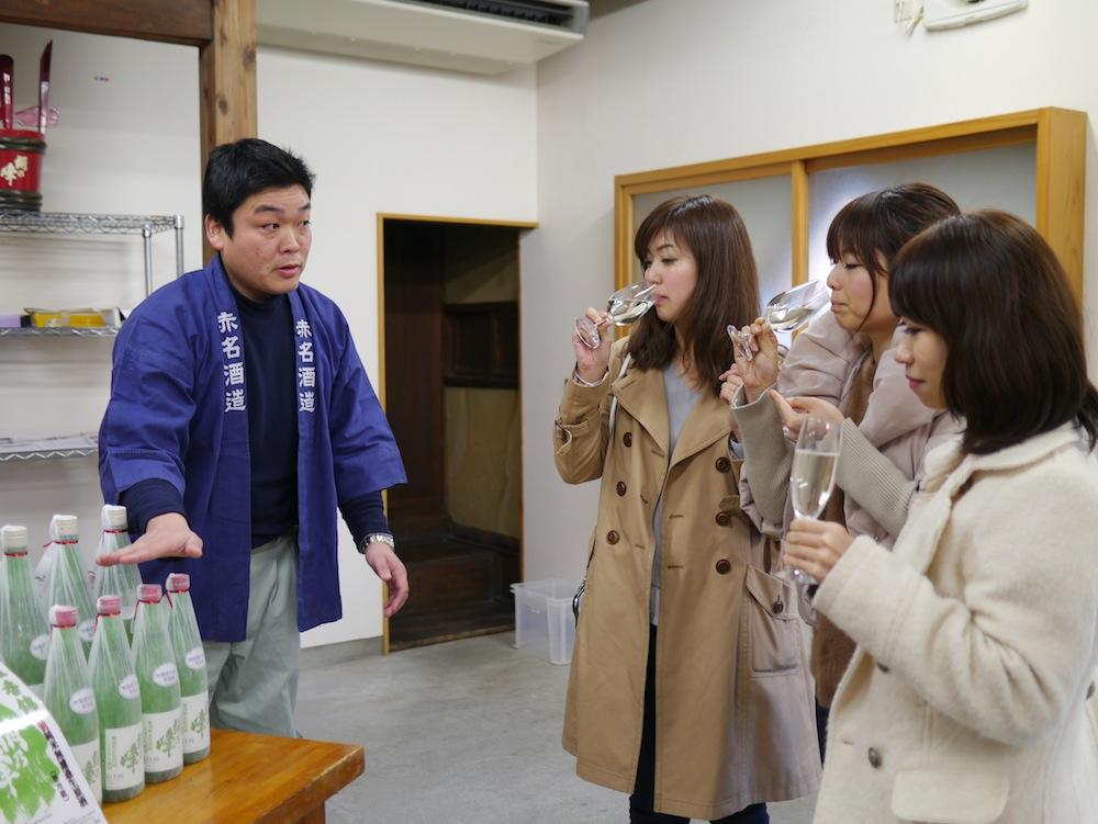 日本酒の香りや味をじっくり確かめるメンバーたち