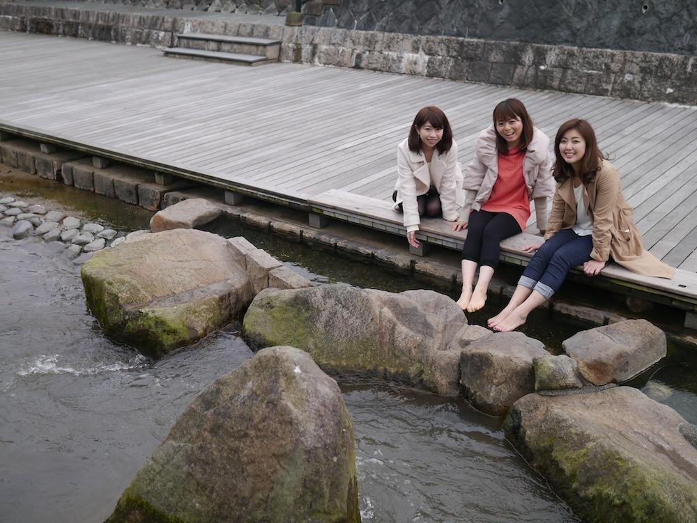 玉湯川沿いをお散歩! 足湯もあるんです。左からこままりえさん、北真理子さん、浅香ユウさん。