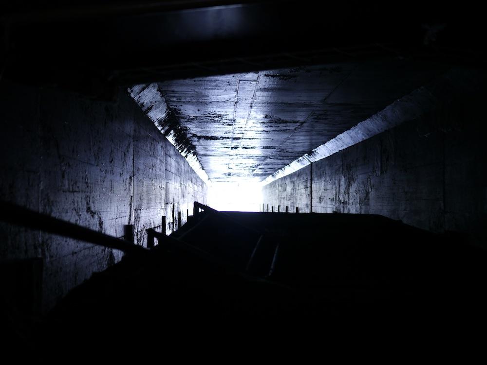 うべや橋は真っ暗!! 船が壁にぶつかるほど幅もギリギリです。