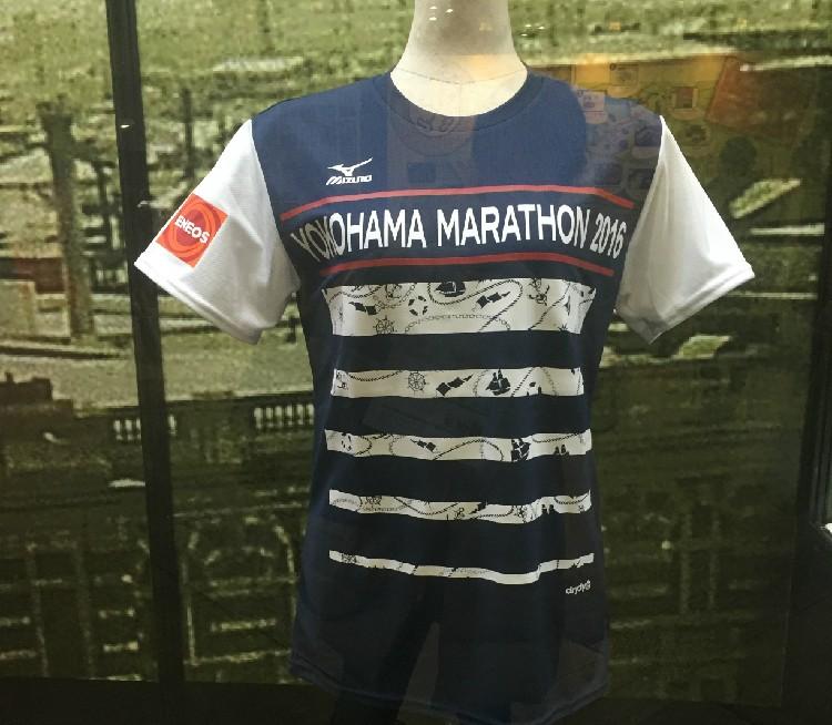 参加賞のTシャツは、「横浜マラソン2016」の文字が入ったTシャツはmizunoのもの。紺白赤が入ったデザインがカッコイイ!!