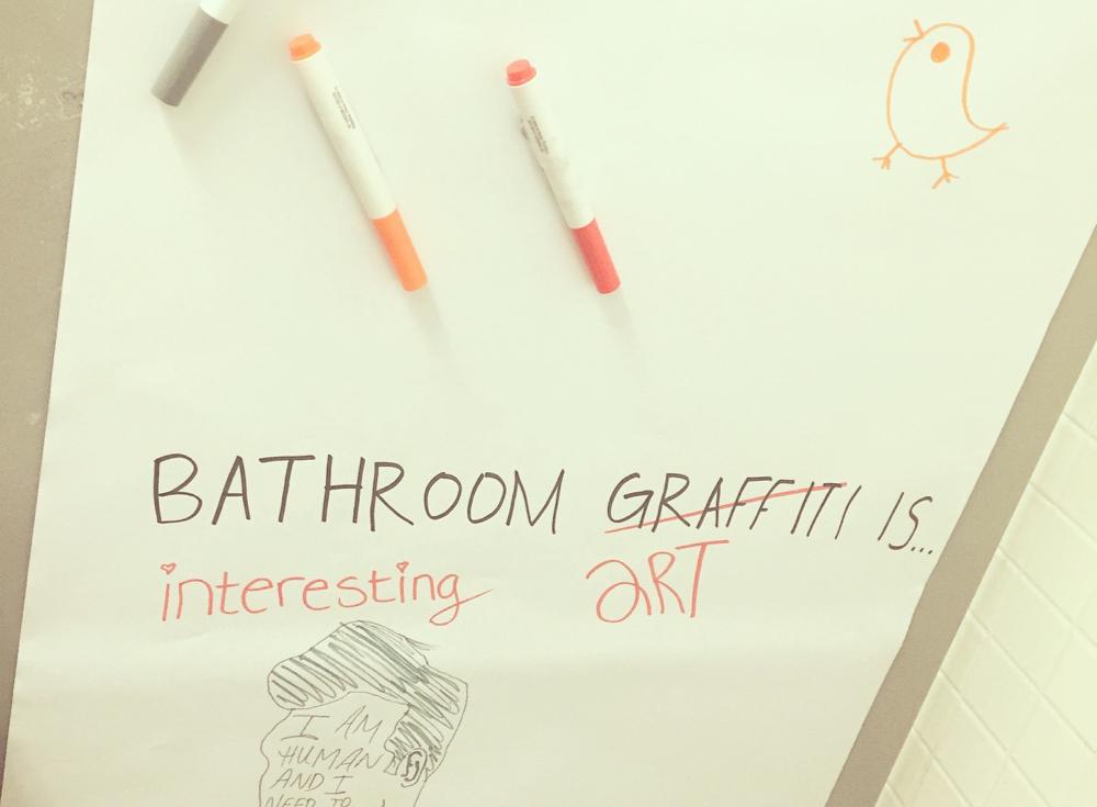 誰かがトイレに貼った落書きボードにヒヨコを描いてみたり。バークレー砂漠に心ばかりの和を…。