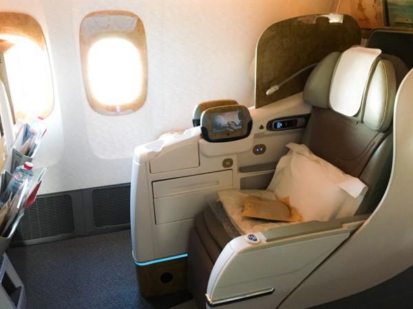 ホワイトとゴールドを基調とした広々と気持ちの良い座席で早速予想に没頭。