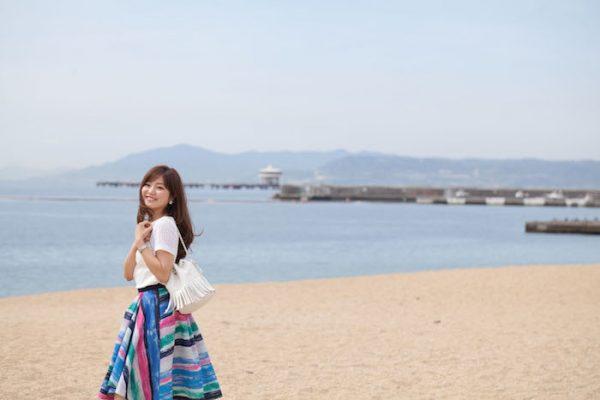穏やかな海風が吹いていて、靴を脱いで裸足で砂浜を歩きたくなります。