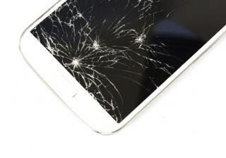 【一瞬で恋愛圏外】男はこう見る! iPhoneの画面が割れている女は、◯◯◯。