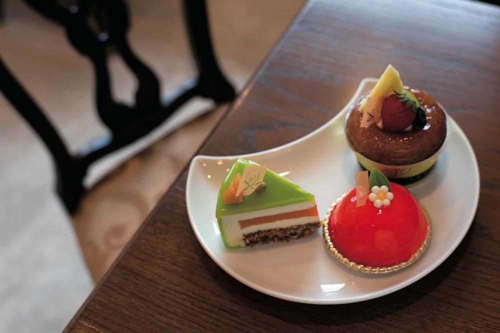 左から「プロヴァンス」、「ショコラ・オランジェ」、ラム酒が香るシロップをかけた「サバラン」。どれも繊細な味わいが口の中に広がります。