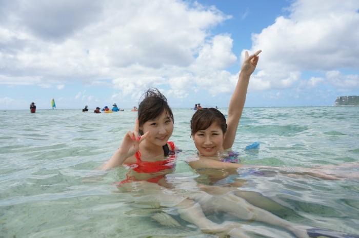 グアムの海を満喫する2人。左から、尾谷萌さん(no.63)、吉田まりみさん(no.153)