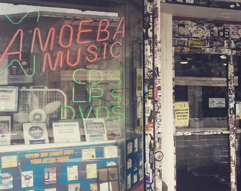"""90年にオープンしたバークレー・テレグラフ通り沿いにあるインディペンデントミュージックストア""""アメーバ・ミュージック""""第一号店。CD以外にレコードやカセットもある雰囲気が懐かしい。両手肘までタトゥーばりばりの店員さんに少々ビビりますが、皆さん親切です。"""