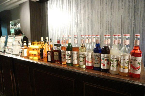 カラフルなボトルが並ぶバーカウンター。