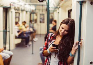 【モテ女は絶対しない】電車のなかで残念な女子の特徴3つ