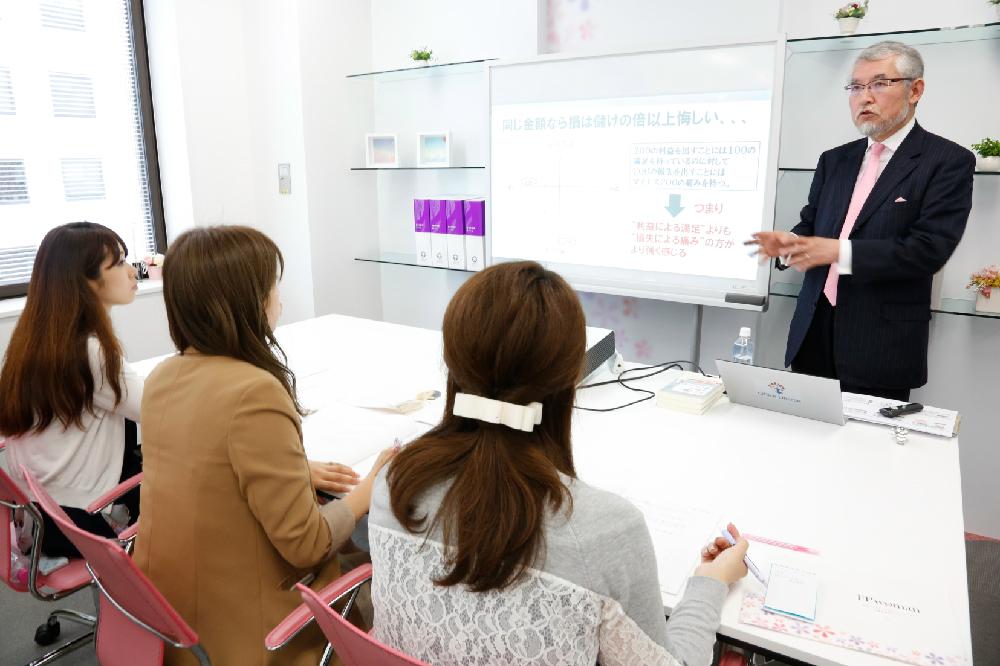 時にクイズ形式で、時にゲーム感覚の内容でわかりやすいと定評のある大江先生の「お金の行動心理科」。
