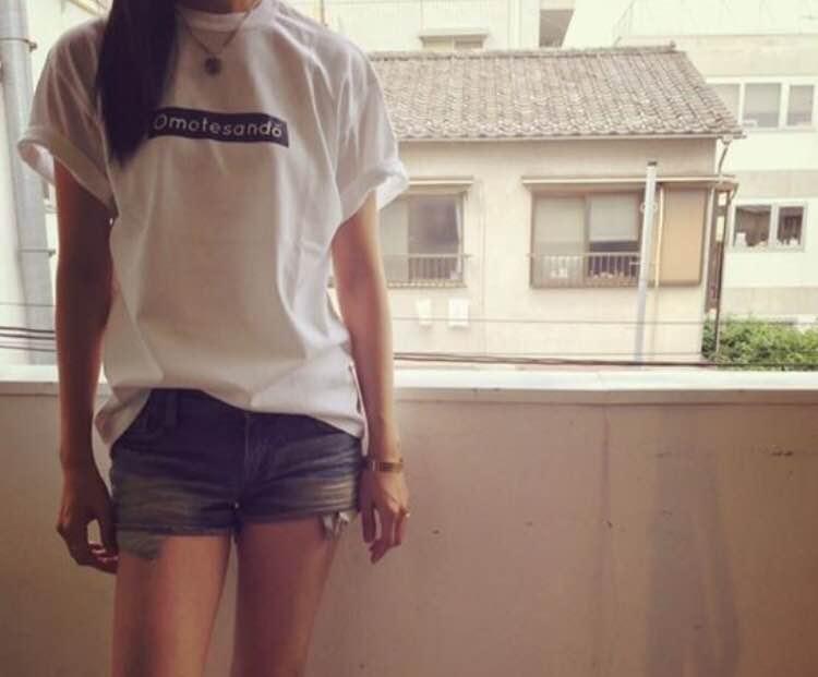居候させてくれた小学校時代の友人がSupremeへのオマージュとして、彼女の大好きな街・表参道に捧げると作ったOmotesando Tシャツを着てパチリ。