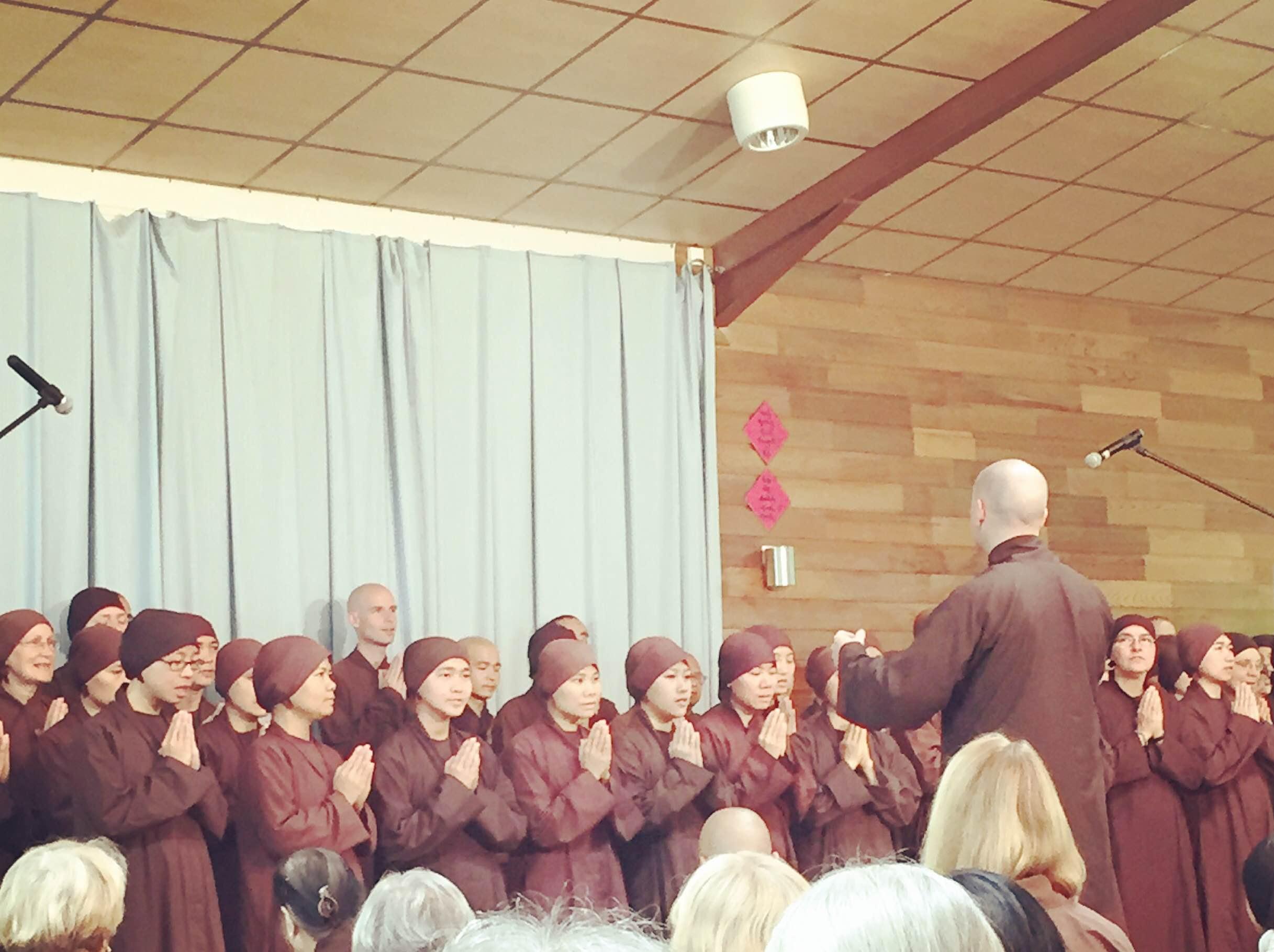 プラムヴィレッジでは、音楽を大切にします。法話の前には集会用のホールに集まって、長いシックな茶色の法衣に身をまとったブラザーやシスターのヴァイオリン演奏や、合唱に耳を傾けます。