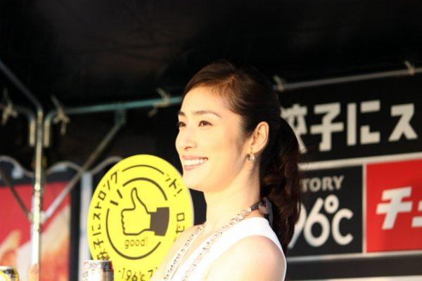 餃子天海さん横笑顔