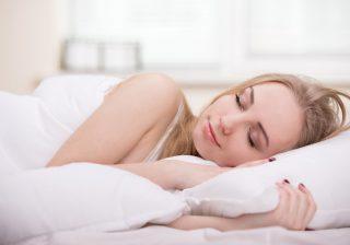 """【""""エアコンなし"""" で寝てはダメ?】 睡眠を妨げない「賢いクーラーの使い方」"""